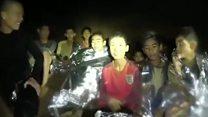 Los niños tailandeses atrapados se ven saludables en un nuevo video