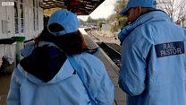 O grupo de voluntários que tenta evitar suicídios nas estações de trem do Reino Unido
