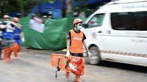 Тайских мальчиков начали доставать из пещеры. Помощь предложил даже Илон Маск