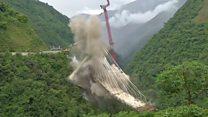 Las imágenes de la demolición del puente Chirajara en Colombia
