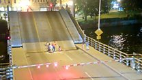 Женщина застряла в мосту. Как так получилось?