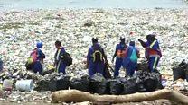 สภาพเมื่อขยะพลาสติก 30 ตันถูกซัดเข้าหาด