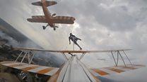 Улетная акробатика. Как исполняют трюки на крыле летящего самолета?