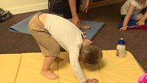 Crianças de 3 anos fazem aula de yoga para combater stress