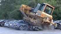 Более полусотни дорогих автомобилей уничтожили бульдозерами на Филиппинах