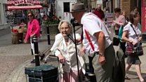 Busker and pensioner sing impromptu duet