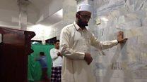 امام مسجد يواصل صلاته رغم وقوع زلزال في اندونيسيا