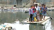 A balsa de isopor que transporta moradores de favela por canal de esgoto a R$ 0,11