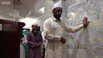 O imã que arriscou a vida para continuar rezando em mesquita durante terremoto na Indonésia