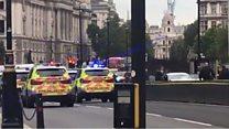 القبض على رجل بلندن بعد اصطدام سيارة بحاجز أمني خارج البرلمان.