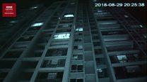 Saat bocah lima tahun terjebak di luar jendela lantai 12 apartemen