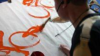 O artista que usa o corpo para pintar após perder os braços: 'Se os oferecessem de volta, eu não aceitaria'