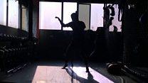 """""""حاصدة الأذرع"""" الباكستانية تنافس الرجال في الفنون القتالية"""