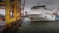 بالفيديو: لحظة اصطدام سفينة في ميناء برشلونة