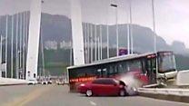 لحظة سقوط حافلة في نهر من أعلى جسر