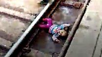 طفلة تنجو بأعجوبة من الموت تحت القطار