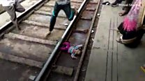 Hindistan'da raylara düşen bebeğin mucize kurtuluşu