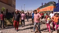 米国境警備隊、メキシコ国境で移民キャラバンに催涙ガス