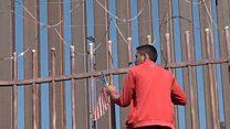 Мигранты в Мексике прорвались через границу с США. Против них применили слезоточивы газ