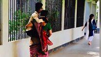 A história por trás da foto viral em que mãe carrega o filho deficiente para o vestibular