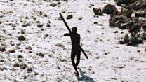 "Quiénes son los ""sentinelenses"", la aislada tribu que mató a un aventurero estadounidense"