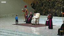 Papa'dan rol çalan küçük çocuk
