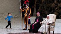 Аудиенцию в Ватикане прервал ребенок. Папа Франциск не растерялся
