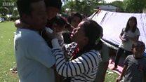 O reencontro emocionado de mãe e filho separados por tsunami na Indonésia