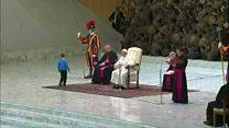 طفل يخطف الأنظار عن بابا الفاتيكان