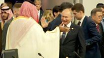 Владимир Путин приветствует наследного принца Саудовской Аравии.