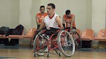 لاعب كرة سلة سوري من ذوي الاحتياجات الخاصة يصبح لاعبا محترفا