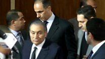 بالفيديو: لحظة دخول مبارك قاعة المحكمة