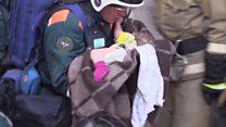 El milagroso rescate de un bebé atrapado entre los escombros de un edificio derrumbado en Rusia