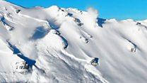 Видео контролируемого схода лавины в Альпах