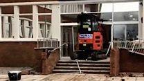 Экскаваторщик разрушил вход в отель: видео