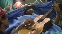ဦးနှောက်ခွဲစိတ်မှုခံယူနေတုန်း ဂစ်တာတီးခဲ့သူ