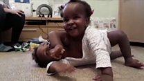 Así se juegan y se divierten Marieme y Ndeye