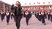 مدير مدرسة يعلم التلاميذ الرقص