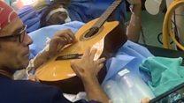 Музыкант играл на гитаре, пока врачи проводили операцию на его мозге