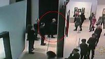 Тренутак када је лопов украо слику из пуне галерије