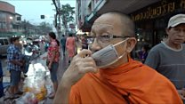 Nhà sư Thái Lan khất thực giữa thành phố ô nhiễm