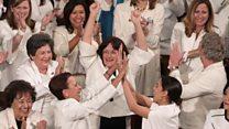 「本当はそんなことしちゃ」 野党の女性議員たちがトランプ氏に拍手