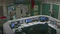 سجين يسقط من السقف أثناء محاولة هرب