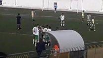 حكم يوقف مباراة كرة قدم أثناء رفع الأذان