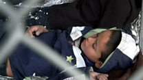 El drama de los migrantes a los que la policía de EE.UU. retiene bajo un puente