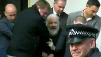 El momento de la detención de Julian Assange
