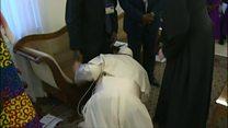 البابا فرنسيس يقبل أقدام قادة جنوب السودان