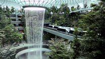 Вихрь дождя: крупнейший в мире крытый водопад в Сингапуре. Видео