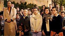 賛美歌を歌うパリ市民、ノートルダム大聖堂火災の衝撃