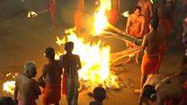 طقوس غريبة وخطيرة في مهرجان النار بالهند